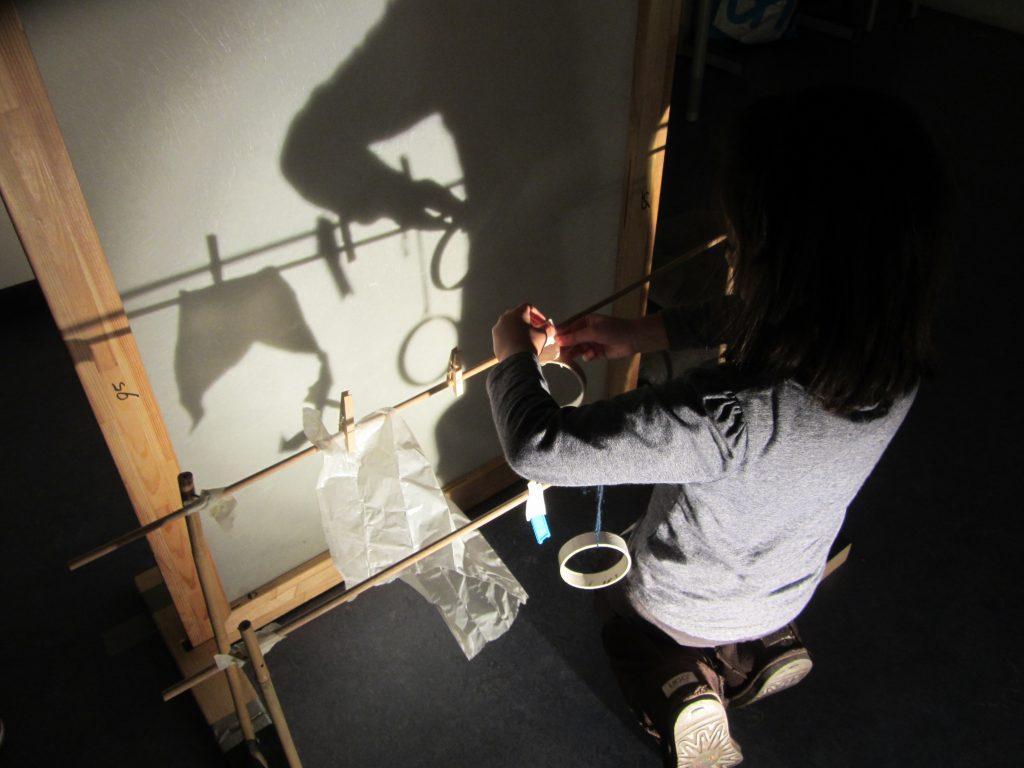 Familie atelier spelen met licht in de ceuvel lijm lab